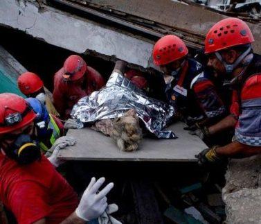 Záchranáři vytahují ze sutin další a další lidi