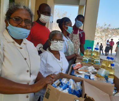 Lidé na Haiti stojí frontu na jídlo